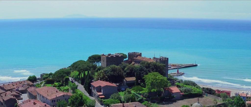 vista castiglione della pescaia dal castello verso il mare spiaggia e porto