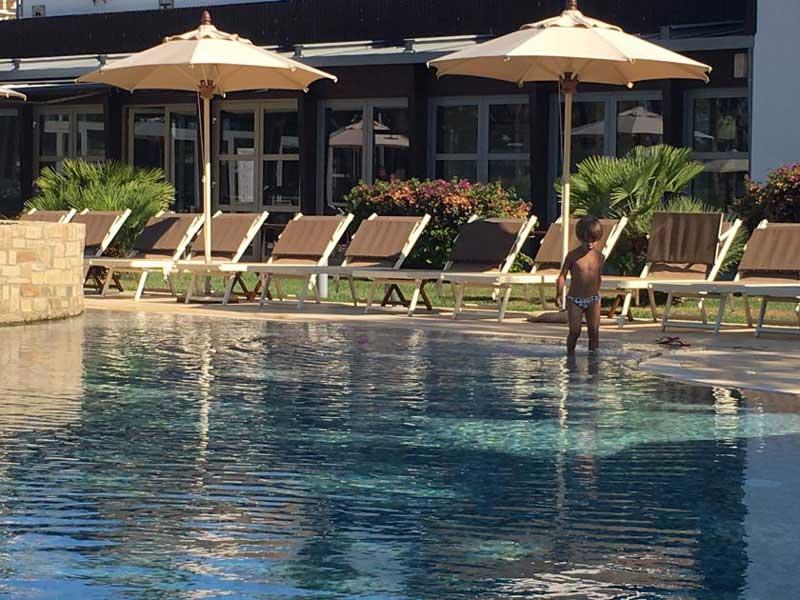 foto di piscina con ombrelloni in hotel di lusso a castiglione della pescaia