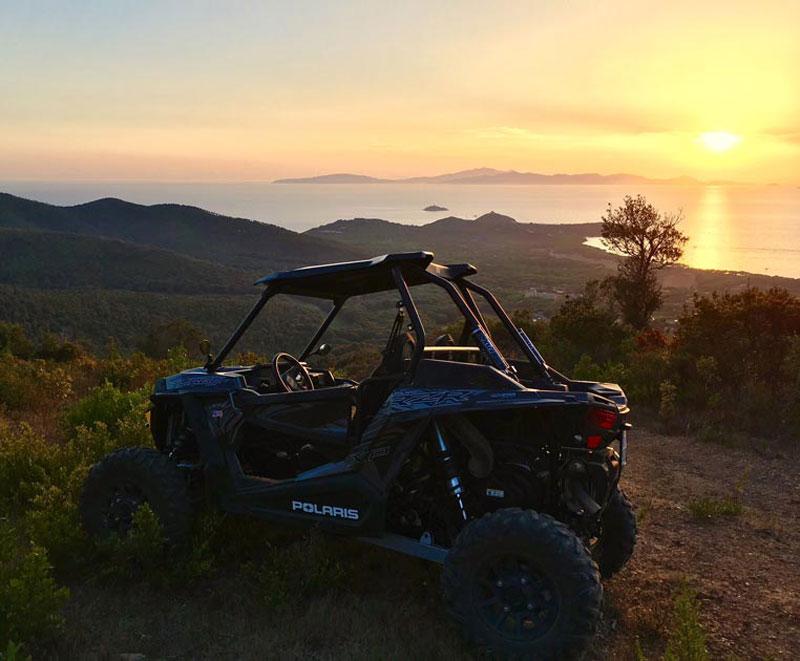Foto di escursione con quod al tramonto su mare di Castiglione