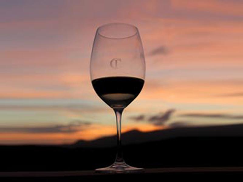Foto di calice di vino rosso toscano al tramonto