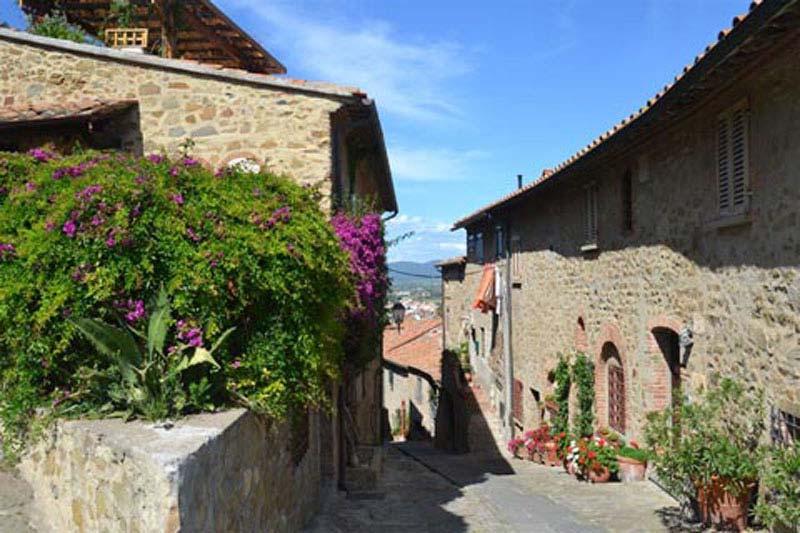 Foto di un vicolo di paese vicno a Castiglione della Pescaia