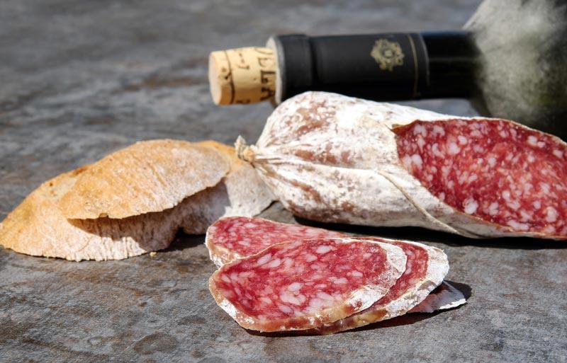Foto di salame toscano classico affettato e vino