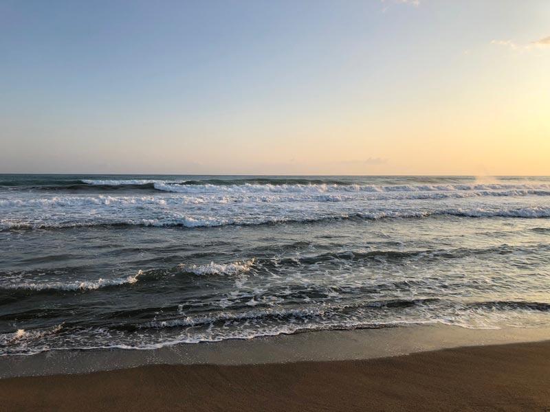 Il mare e la spiaggia di Roccamare fra Villa Bartolini e Villa Bertini